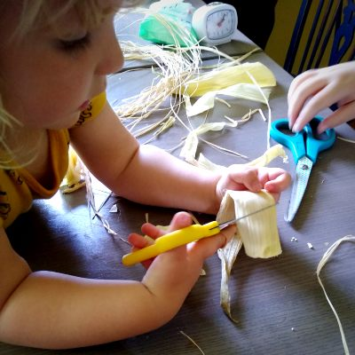 making-corn-husk-dolls-with-kids
