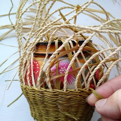 twining-with-a-mould-for-raffia-baskets